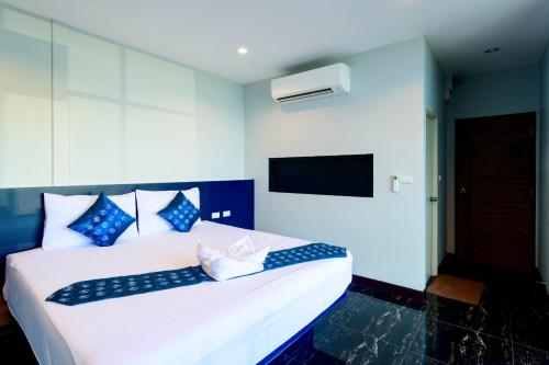 A bed or beds in a room at Skyline Resort