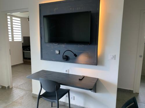 A television and/or entertainment center at Karaibes Residence