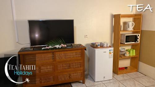 Uma TV ou centro de entretenimento em TEA TAHITI HOLIDAYS - Fare Tea Tahiti