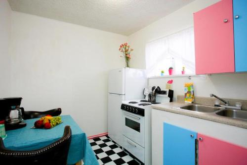 A kitchen or kitchenette at Brad's Desert Inn