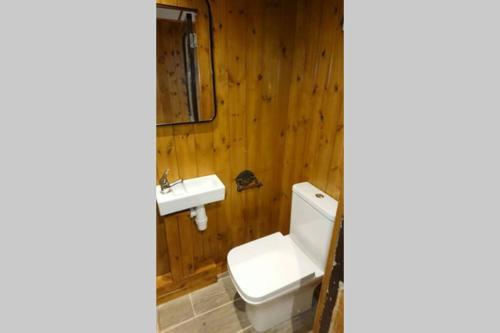 A bathroom at Malthouse Farm Carriage