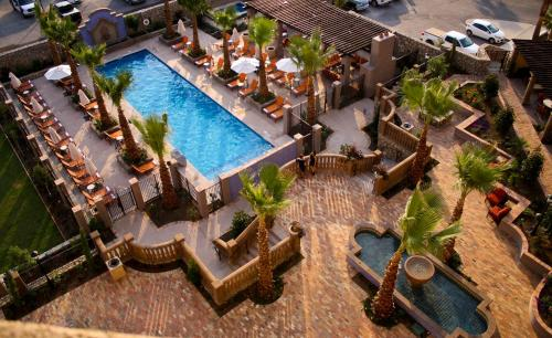 A view of the pool at Hotel Encanto de Las Cruces or nearby
