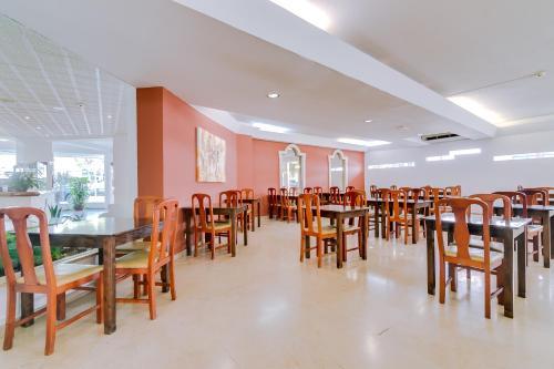 Um restaurante ou outro lugar para comer em Hotel Atismar