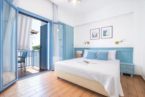 Ένα ή περισσότερα κρεβάτια σε δωμάτιο στο Saronis Hotel Agistri