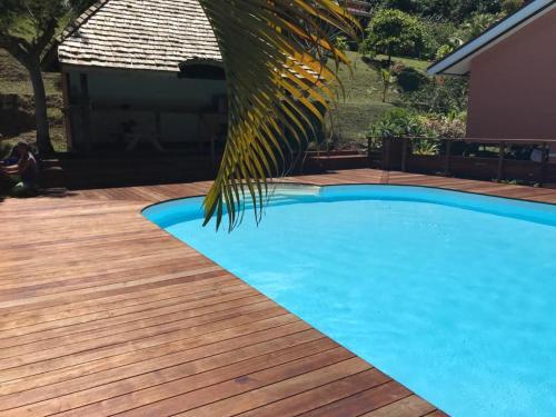 A piscina localizada em BORA BORA HOLIDAY'S LODGE ou nos arredores