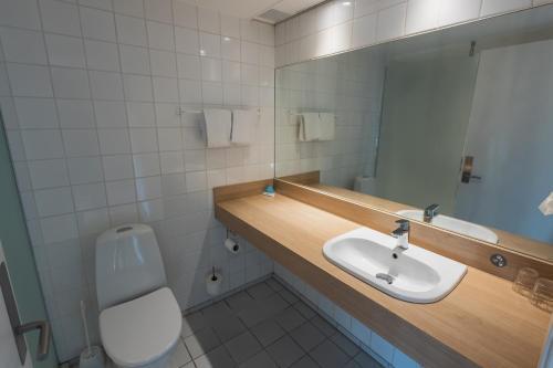 Et badeværelse på Hotel Sonderborg Strand; Sure Hotel Collection by Best Western