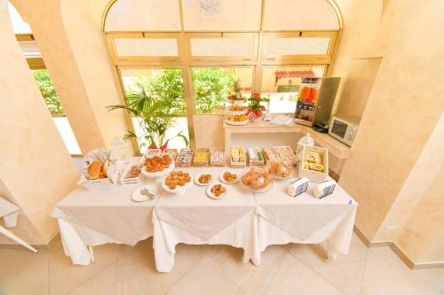 A restaurant or other place to eat at Albergo Atlantic