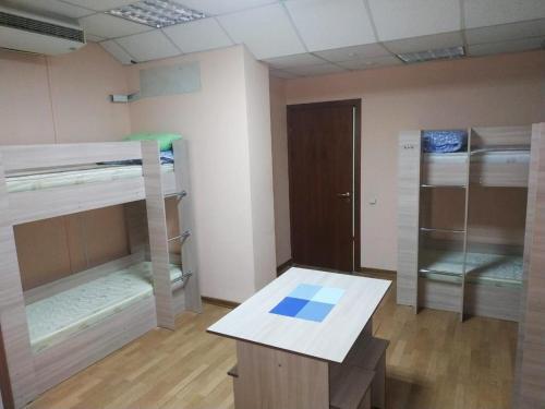 Двухъярусная кровать или двухъярусные кровати в номере Hostel Legendarny