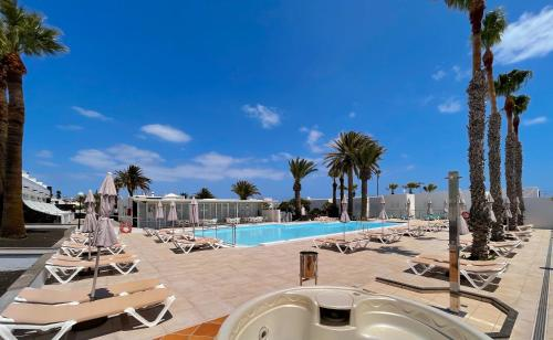 Het zwembad bij of vlak bij Apartamentos Arena Dorada