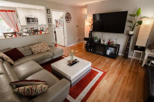 A seating area at Meticulous,Beautiful, 3 Bedroom Home !