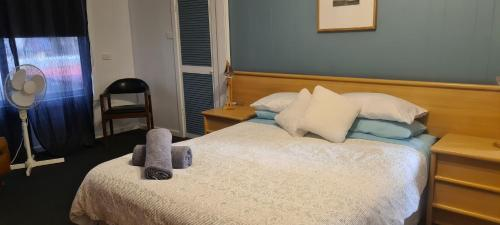 A bed or beds in a room at Island Getaway