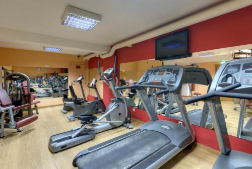 The fitness center and/or fitness facilities at TRYP Porto Expo Hotel