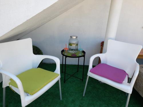 A seating area at Albergue Camiño Do Sar