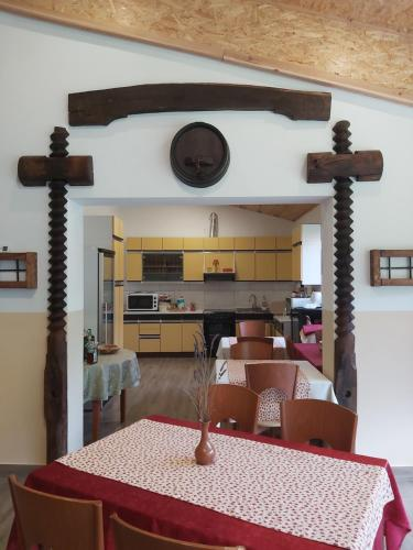 Kuhinja ili čajna kuhinja u objektu Glamping naselje Zeleni turizem