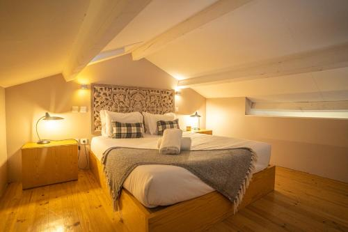 A bed or beds in a room at FLORES 36 by YoursPorto