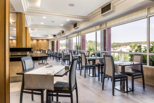 A restaurant or other place to eat at Hotel Do Parque - Congress & SPA