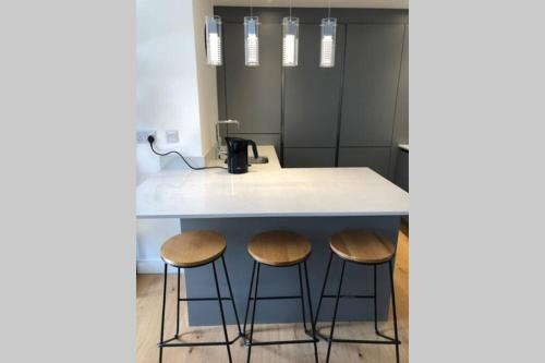 A kitchen or kitchenette at Modern luxurious house with Parking and Garden