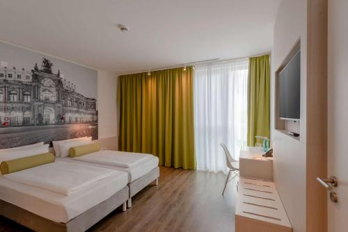 A bed or beds in a room at Super 8 by Wyndham Dresden