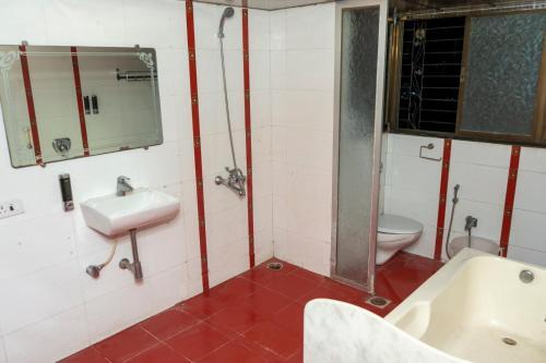 A bathroom at Hotel Samadhan Lodging-Mehta Inn