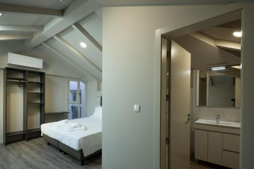 A bed or beds in a room at Hospedaria Srª do Carmo