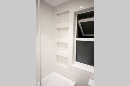 A bathroom at FW Haute Apartments at Luton 5 Bedrooms and 3 Bathrooms HOUSE King or Twin beds with FREE WIFI FREE PARKING