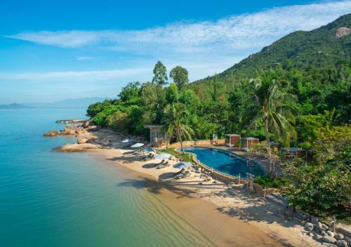 Vue sur la piscine de l'établissement An Lam Retreats Ninh Van Bay ou sur une piscine à proximité