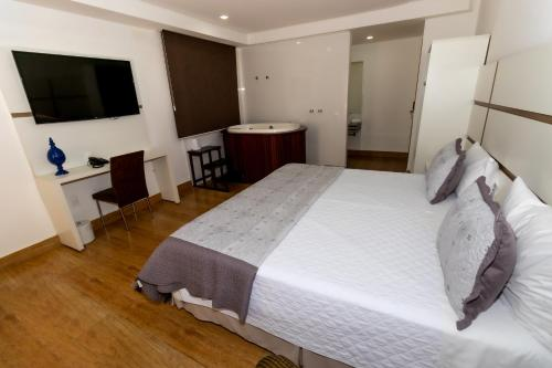 A bed or beds in a room at Granlago Hotel