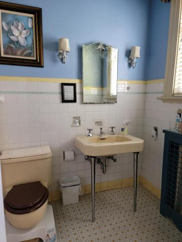 A bathroom at Morehead Manor Bed and Breakfast