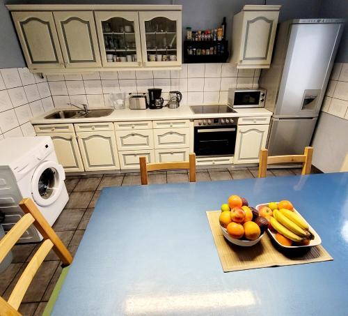 A kitchen or kitchenette at FloorOne - Geräumige, gemütliche Unterkunft in zentraler Lage