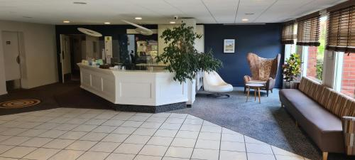 The lobby or reception area at Hostellerie Saint Vincent Beauvais Aeroport