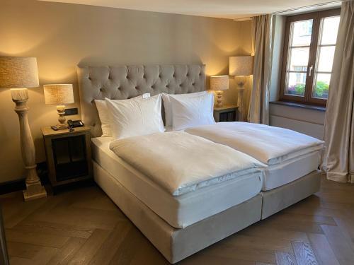 Ein Bett oder Betten in einem Zimmer der Unterkunft Weisses Rössl