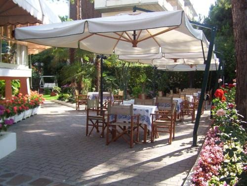 A restaurant or other place to eat at Hotel Escorial