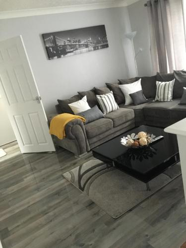 A seating area at Peaceful 3 Bed Apartment