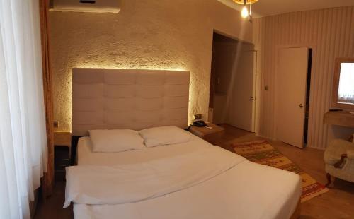 سرير أو أسرّة في غرفة في EVİM APART HOTEL
