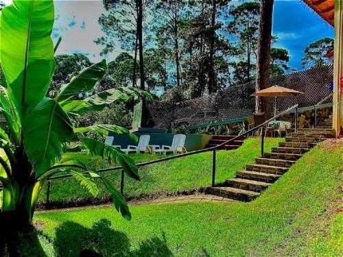 Un jardín fuera de AlterHome Hotel Glamping Rio Valle de Bravo
