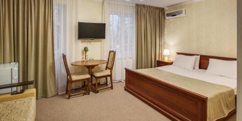 A bed or beds in a room at Vele Rosse Hotel, business & leisure