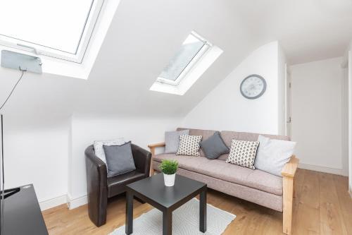 A seating area at Gyllingeham Suite 2