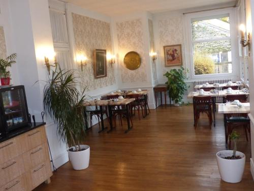 A restaurant or other place to eat at Hôtel des Thermes