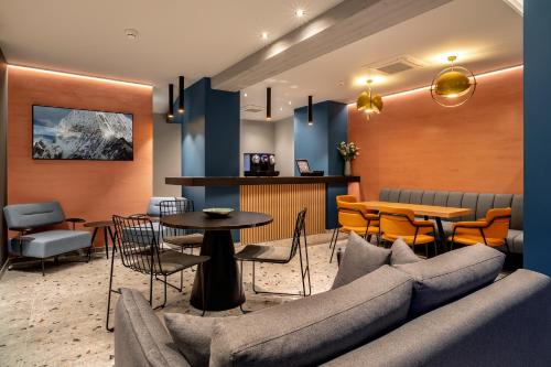The lounge or bar area at Magenta Luxury Suites