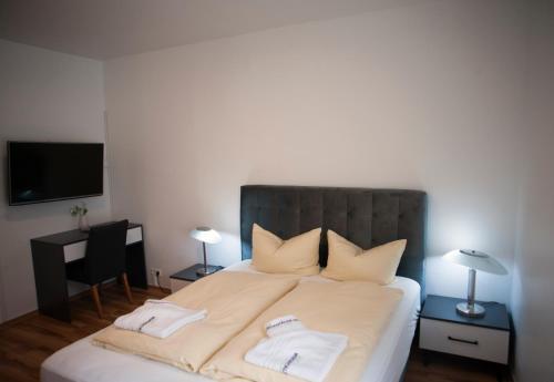 A bed or beds in a room at Wiesentäler Hof Hotel garni