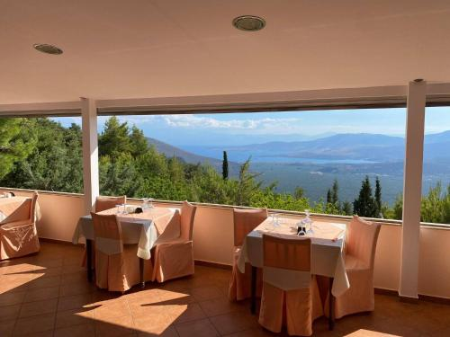 A restaurant or other place to eat at Bungalow - Camping Apollon