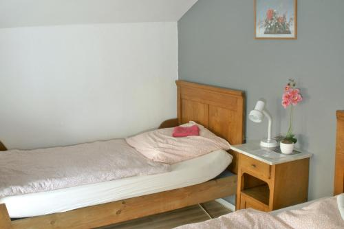 A bed or beds in a room at A&S Ferienwohnungen Roonstraße
