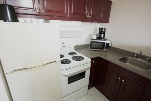A kitchen or kitchenette at Century Plaza Hotel & Spa