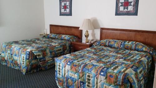 A bed or beds in a room at Cascades Lodge