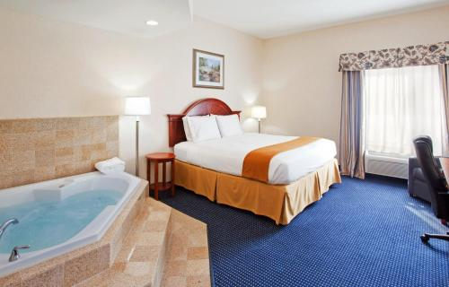 A bed or beds in a room at Holiday Inn Express Hotel & Suites Cleveland-Richfield, an IHG Hotel