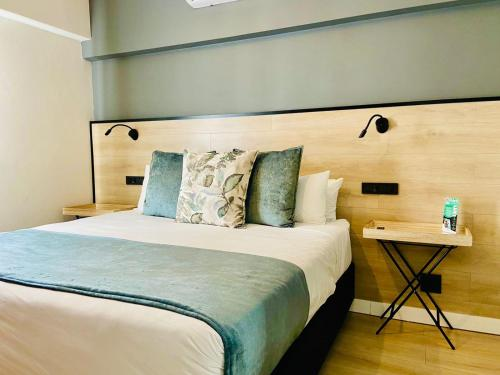 A bed or beds in a room at MINT Hotel 84 on Katherine
