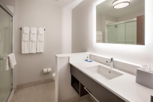 A bathroom at Holiday Inn Express Hotel & Suites Murray, an IHG Hotel