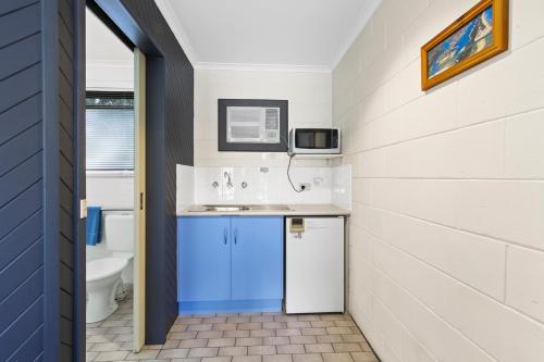 A kitchen or kitchenette at Cunningham Shore Motel