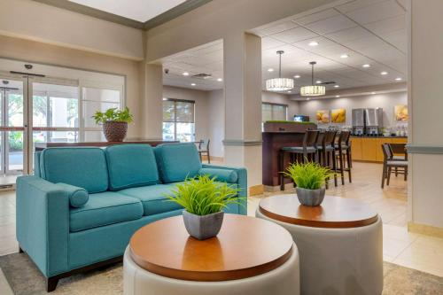 A restaurant or other place to eat at Comfort Suites Near Universal Orlando Resort