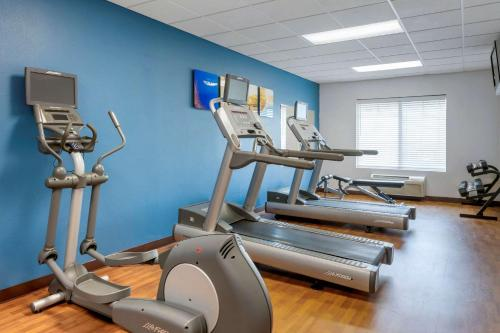 The fitness centre and/or fitness facilities at Comfort Suites Near Universal Orlando Resort